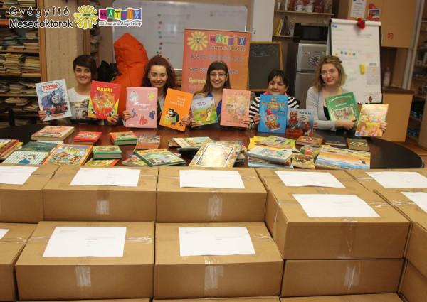Könyvcsomagokat vittünk gyermekkórházaknak